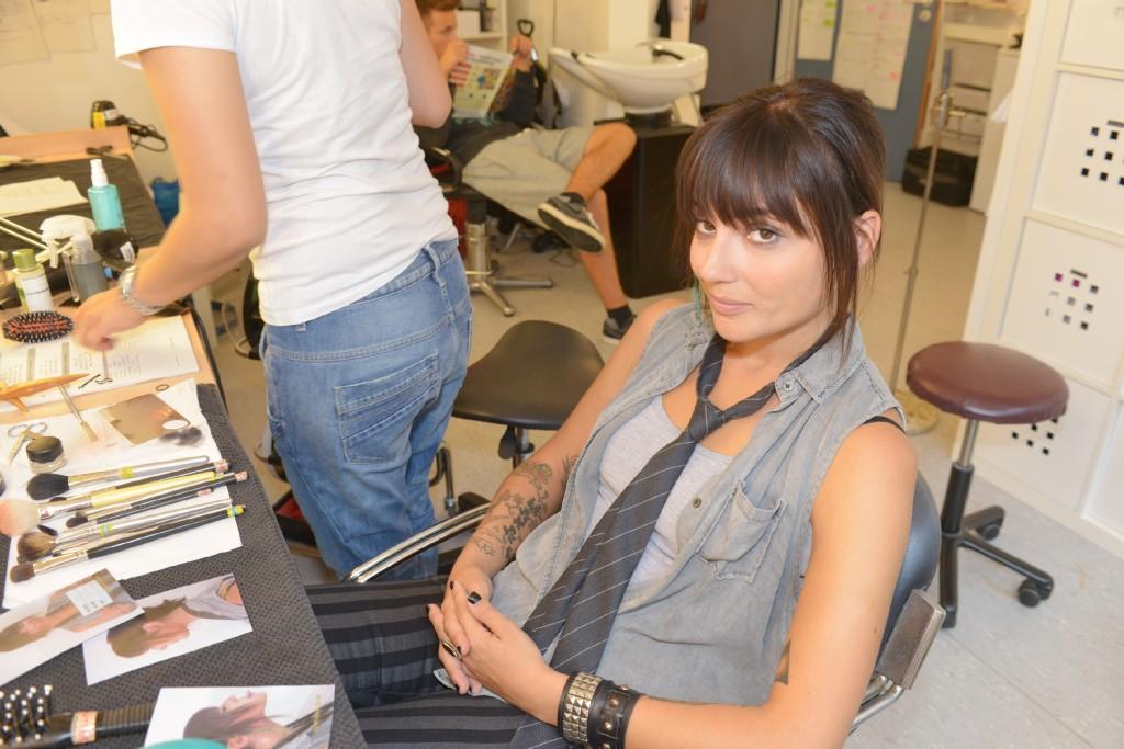 Linda Marlen Runge (Anni) wird für die nächste Szene umgestylt. Foto: RTL / Baumgartner